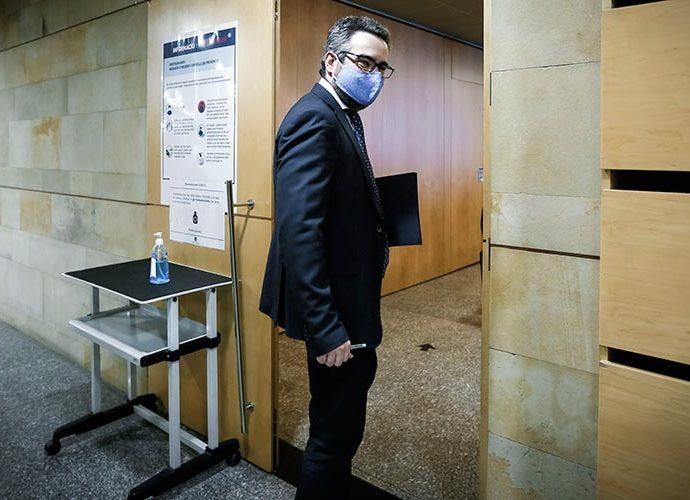 El ministre de finances, Eric Jover, entrant a la sala de premsa amb la mascareta posada