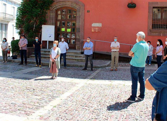 MInut de silenci davant l'ajuntament de la Seu d'Urgell en record de les víctimes de la covid19