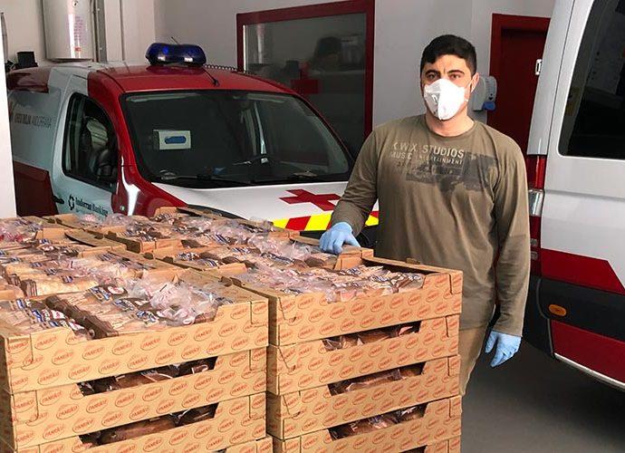 Un jove a la seu de la Creu Roja amb 2.000 pans de motlle