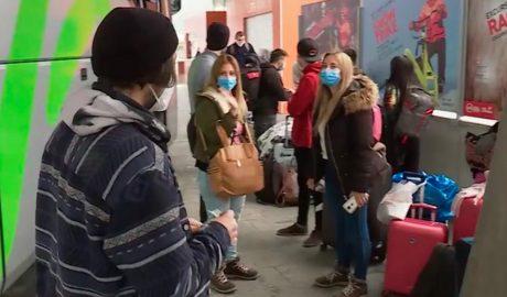 Un grup d'argentins a l'estació d'autobusos
