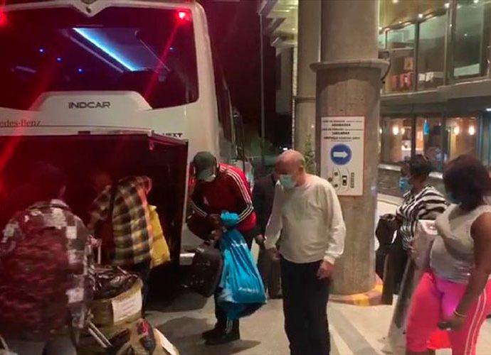 Sanitaris cubans agafen l'autocar de retorn