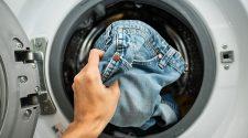 Un home posa els texans a la rentadora