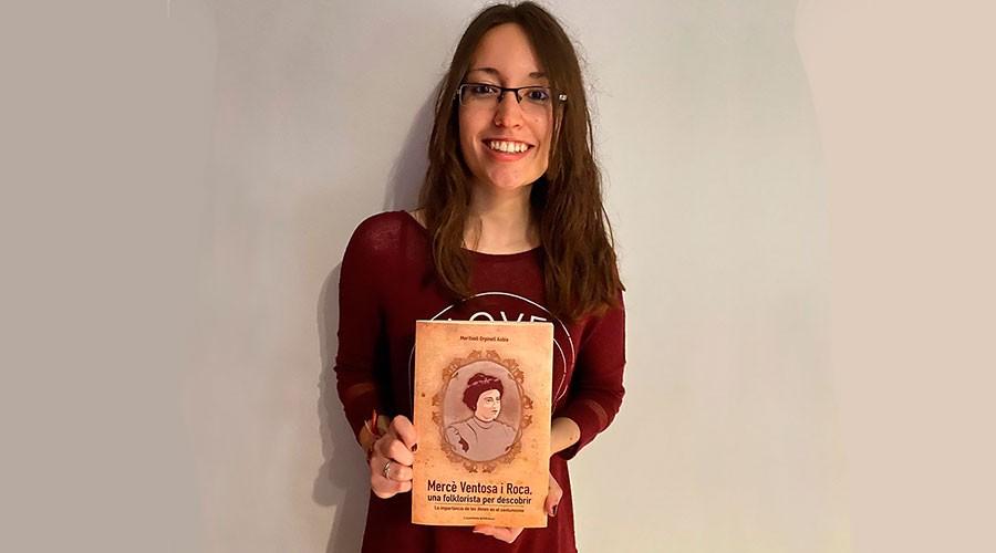 Meritxell Orpinell amb el llibre sobre Mercè Ventosa i Roca