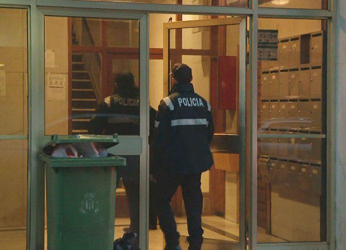 Uns agents entren a l'edifici on s'ha efectuat la batuda