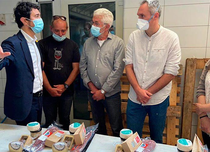Damià Calvet, conseller de Territori i sostenibilitat de la Generalitat de Catalunya, visita una formatgeria a Sort