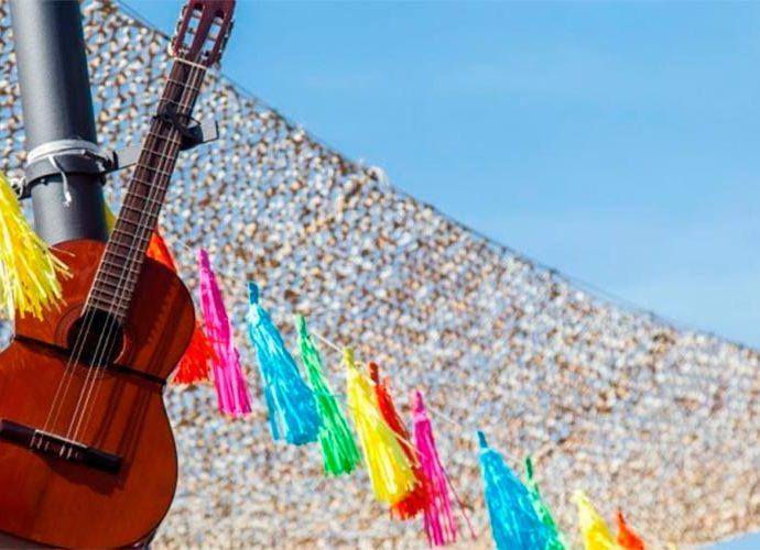 Una guitarra penjada en un fanal de la plaça del Poble d'Andorra la Vella