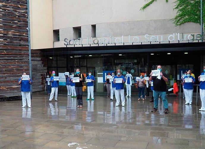 Concentració de personal sanitari a les portes del Sant Hospital de la Seu