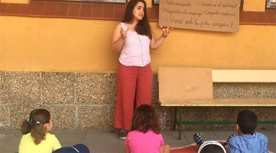Infants atents a la monitora al casal d'estiu de la Seu d'Urgell