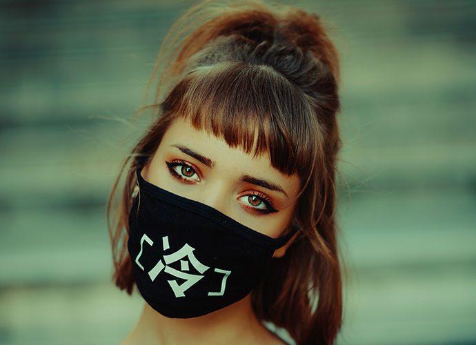 Noia amb mascareta