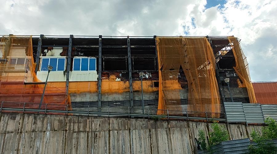 La façana cremada del Centre Esportiu dels Serradells