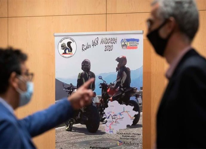 Miquel Canturri i Èric Bartolomé davant el cartell de la 4a edició de la Rider 468