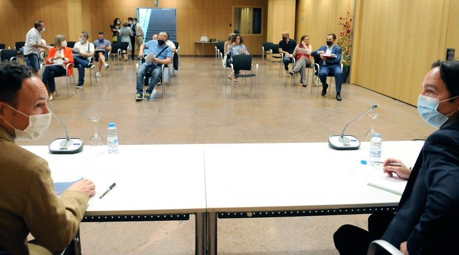 Xavier Espot i Landry Riba en una reunió amb representants sindicals i patronals