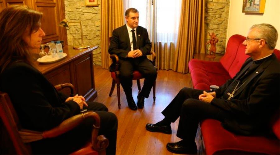 Josep Majoral i Mireia Codina reunits amb el copríncep episcopal, Joan-Enric Vives