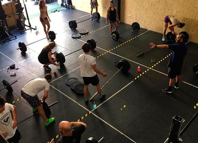 Els equips de la FAE reben classes dirigides d'halterofília
