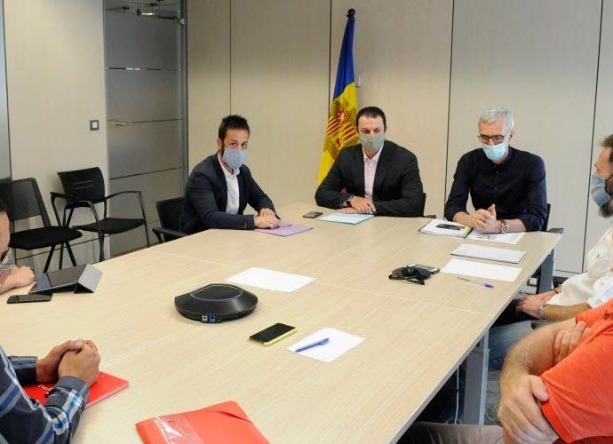 Gallardo i Bartolomé en una reunió amb representants del sector del taxi