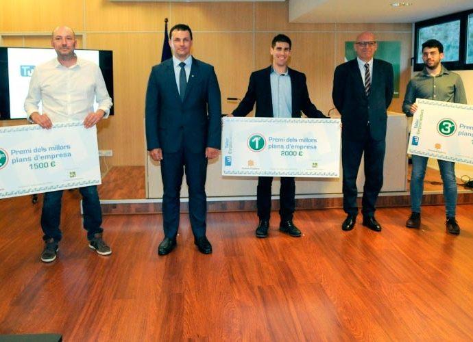 El ministre Gallardo i el rector de la Universitat d'Andorra amb els guanyadors del Taller Emprenedors del 2020