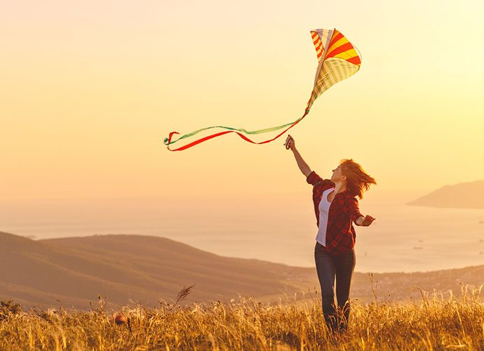 Noia fent volar un estel