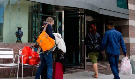 Turistes entrant en un hotel