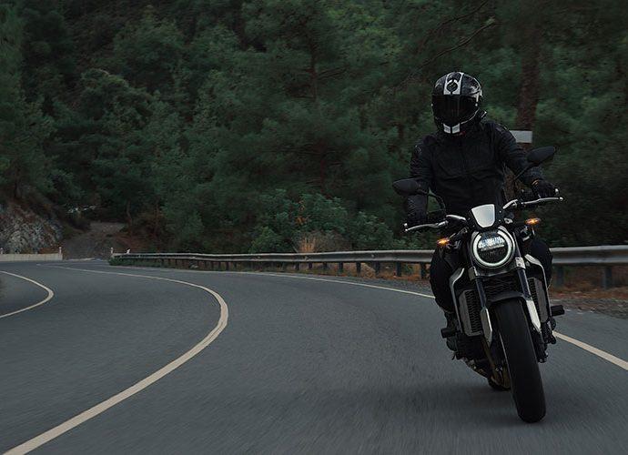 Una motocicleta en una carretera de muntanya