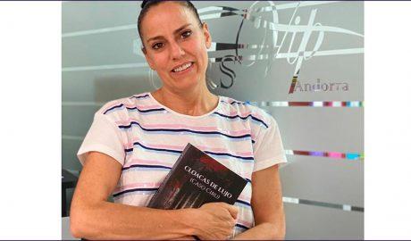 Belén Montero posa amb el seu llibre 'Cloacas de Lujo'
