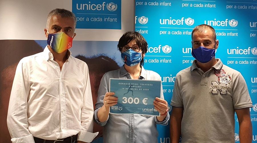 Representants d'OTSO i la directora d'Unicef, Marta Alberch