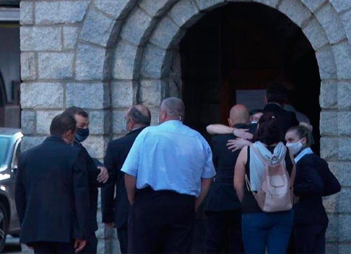 Gent a la porta de l'església de Sant Pere Màrtir