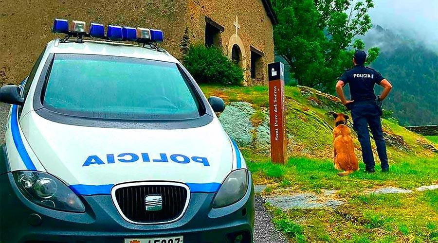 Un gos policia i un agent a Sant Pere del Serrat