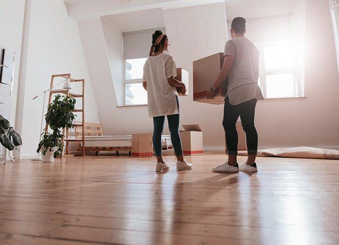 Dos joves mudant-se a un nou habitatge