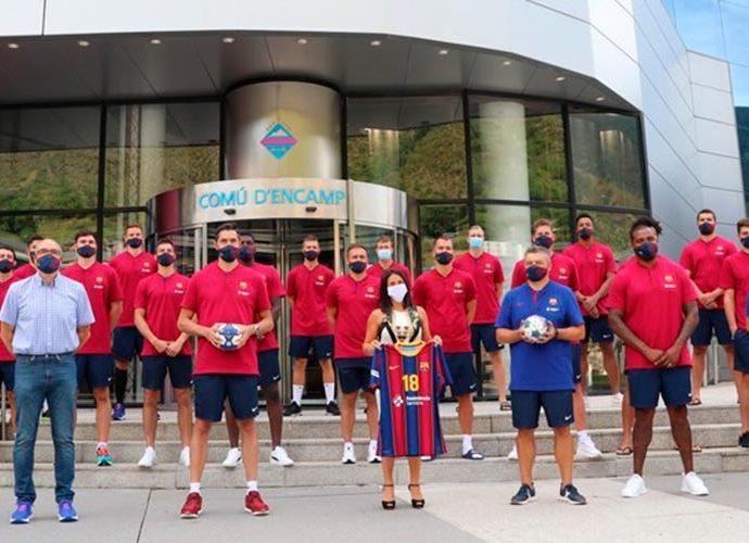 Laura Mas amb l'equip d'Handbol del FC Barcelona