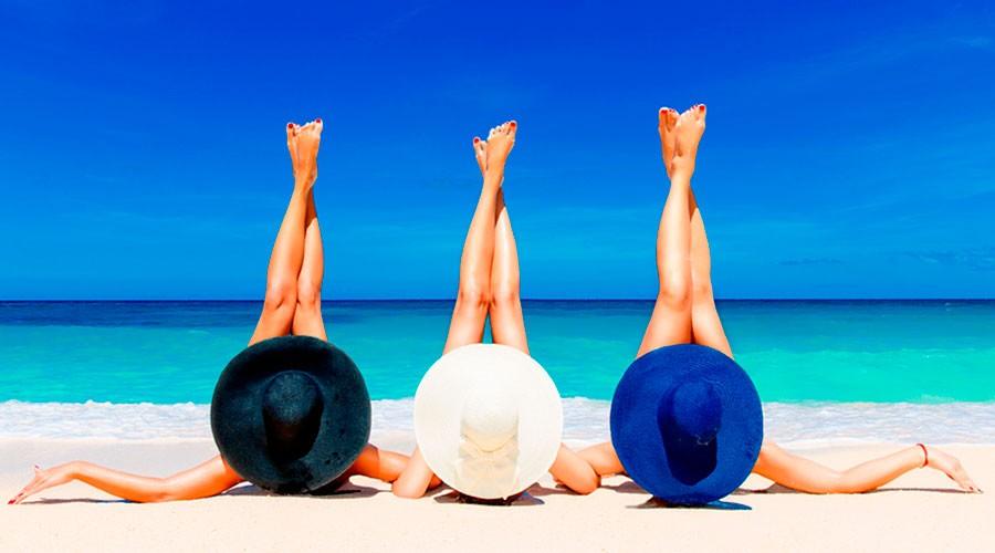 Tres noies a la platja