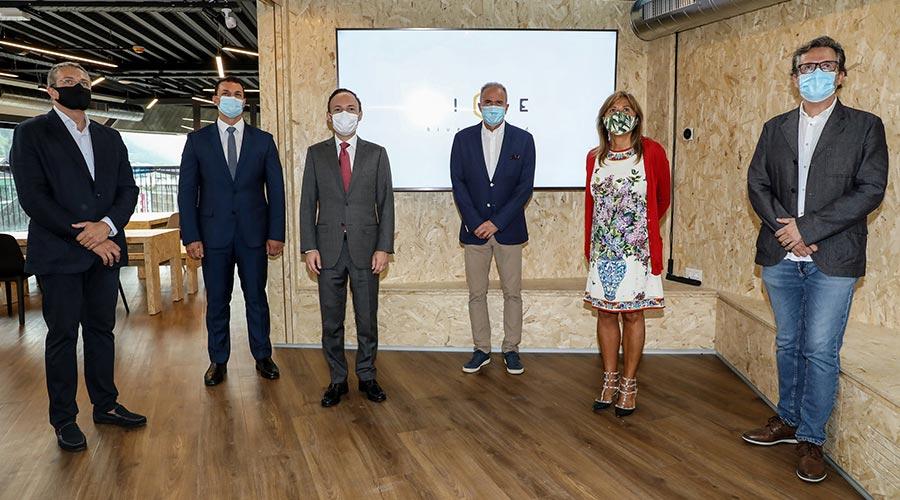 Gallardo, Espot i Marsol a la inauguració de l'espai de coworking Hive Five by Bomosa acompanyats dels seus responsables