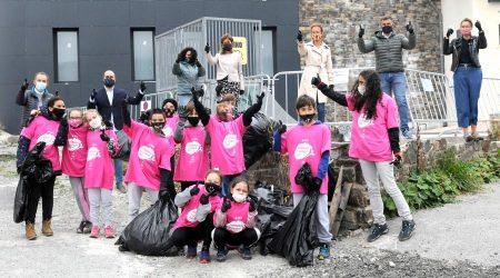 Escolars amb les autoritats en una jornada de Clean Up Day