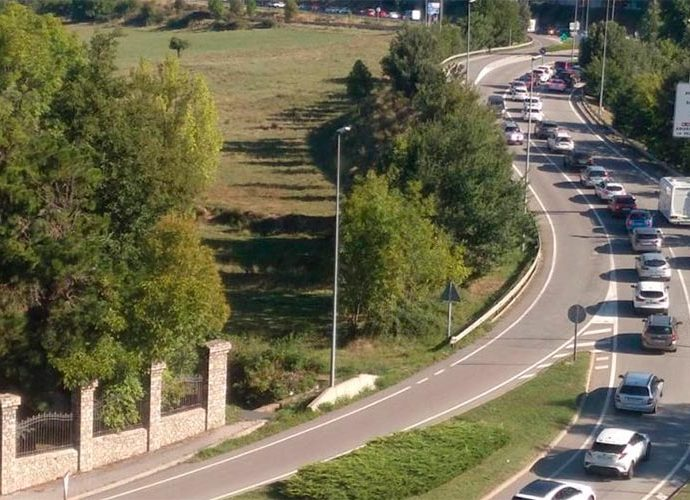 Retencions de trànsit a la Seu d'Urgell en direcció Andorra