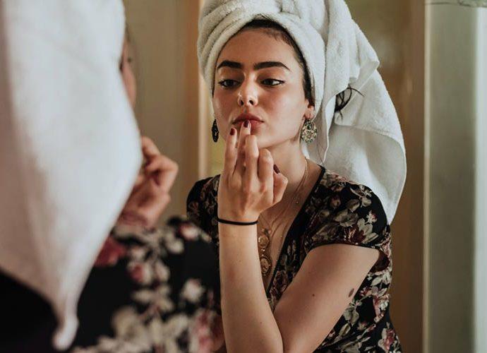 Noia maquillant-se