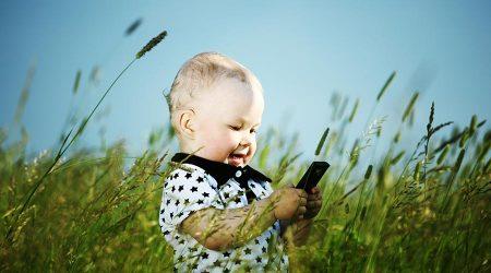 Nen amb un mòbil