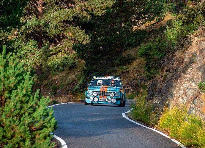 Un vehicle participant al ral·li històric d'Andorra