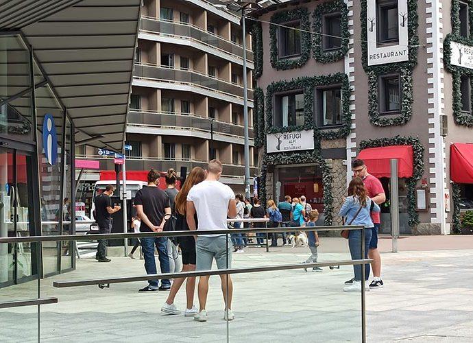 Turistes fent cua per entrar a l'Oficina d'Informació Turística d'Andorra la Vella durant el setembre del 2020