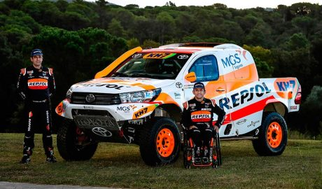Txema Villalobos i Isidre Esteve, en la presentació del seu nou Toyota Hilux Overdrive per al Dakar 2021 (Box Repsol)