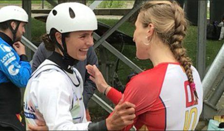 Núria Vilarrubia rebent la felicitación d'una d eles seves rival per la classifciació olímpica