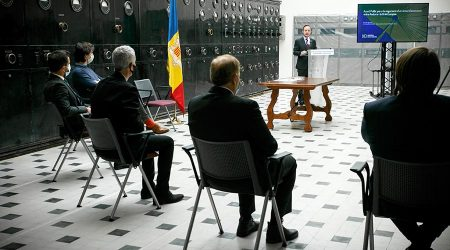 Ensenyat, López, Magallón, Pintat i Naudi, d'esquenes, escolten el discurs del cap de Govern, Xavier Espot, a les instal·lacions de Ràdio Andorra