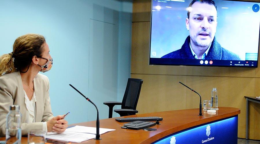 Sílvia Calvó a la sala de premsa del Govern i Jordi Gallardo compareixent telemàticament