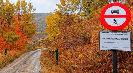 Senyalització recordant l'accés restringit a la vall de Santa Magdalena, al Parc Natural de l'Alt Pirineu