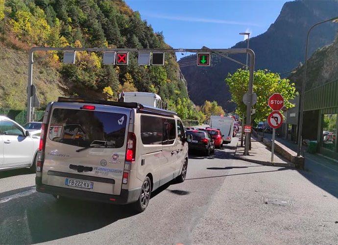 Cues de cotxes en sentit sud a l'alçada d'Automòbils Pyrénées
