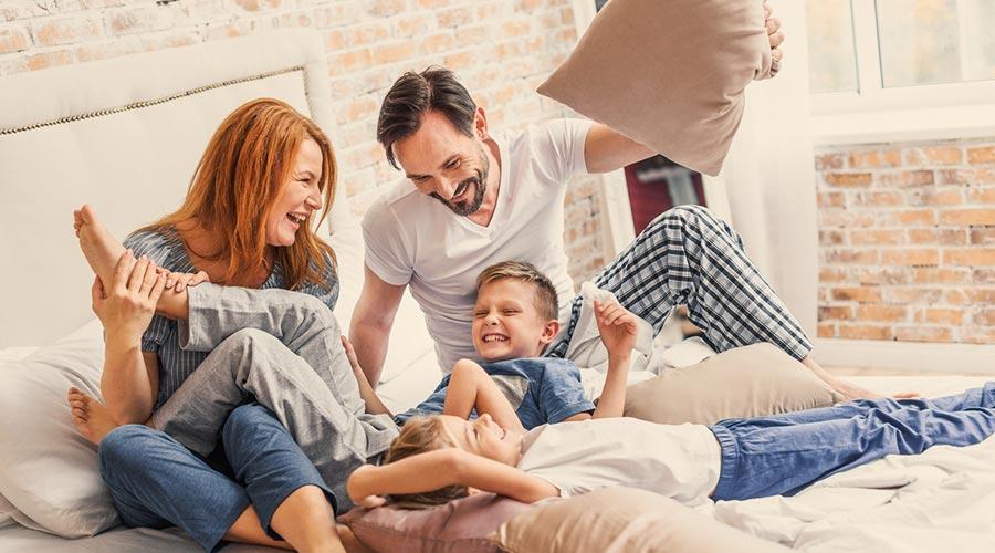 Pare i mare jugant amb els nens