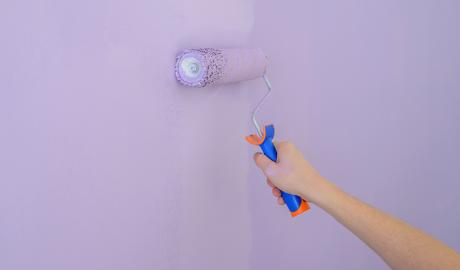 Pintant una paret de color lavanda