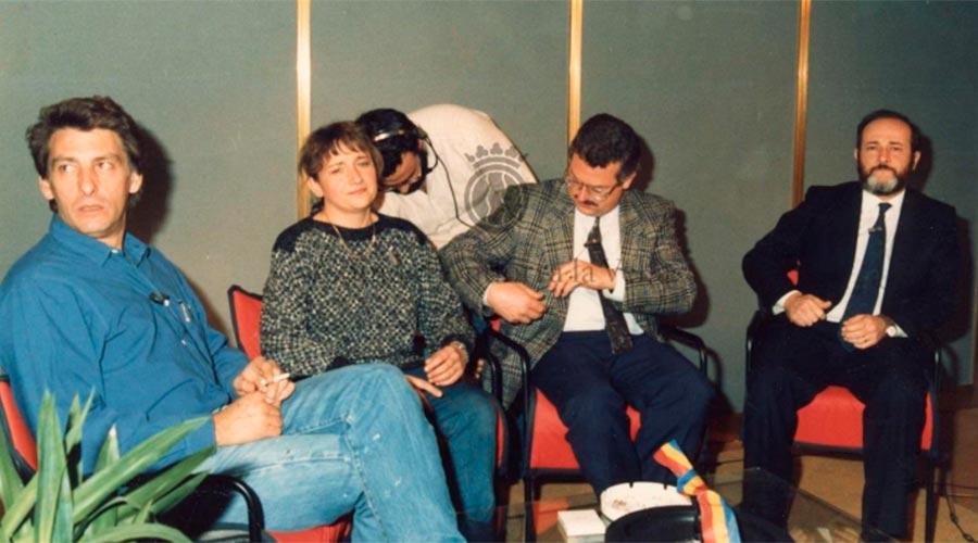Plató televisiu a la Fira. A la imatge Mari Carme Grau, una de les primeres presentadores, amb els cònsols d'Andorra la Vella, Manel Pons i Antoni Cerqueda Gispert i el conseller Gerard Sasplugas. Any 1986. Arxiu Comunal d'Andorra la Vella