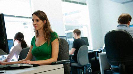 Treballadora amb un ordinador en una empresa