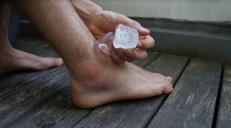 Esquinç de turmell amb gel